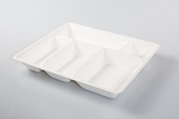 白い背景に分離された空の発泡スチロールプラスチック食事ボックス