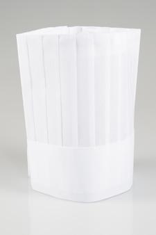 白で隔離される白いコックキャップ
