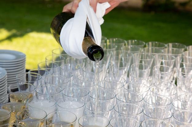 屋外の結婚式パーティーでシャンパングラス