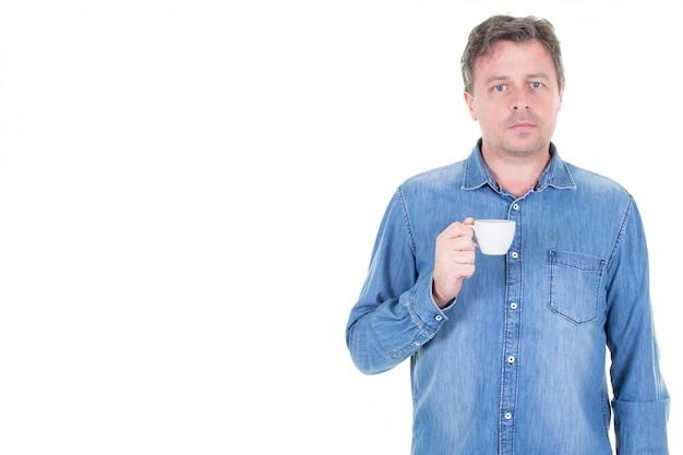 白で隔離された一杯のコーヒーを飲む男性