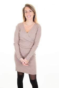 白で隔離されるカジュアルな冬のドレスの衣装に身を包んだ女性の女性の快適な笑顔の表情の肖像