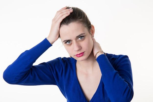 Девушка имея головную боль