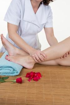 Медсестра проверяет больную ногу