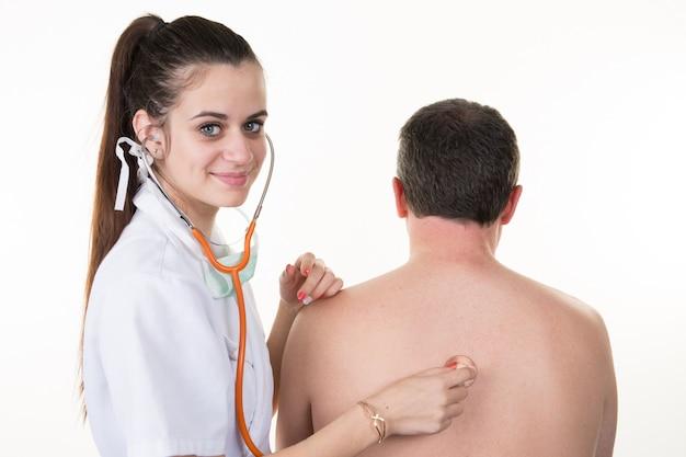 女性患者の男性患者の心臓の鼓動をチェック