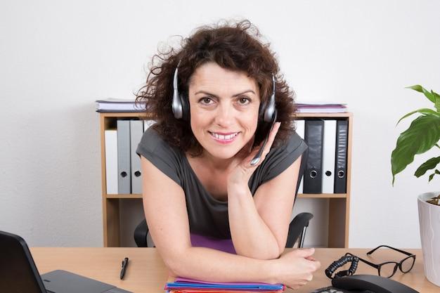 Портрет счастливый улыбающийся веселый поддержки телефонного оператора в гарнитуру