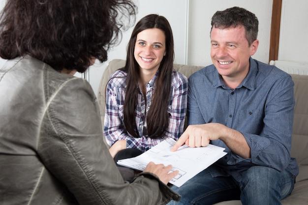 Молодая пара подписывает финансовый контракт