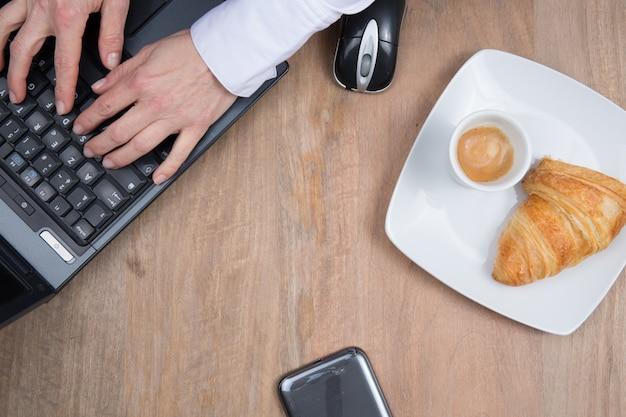 コンピューターとコーヒーのある職場