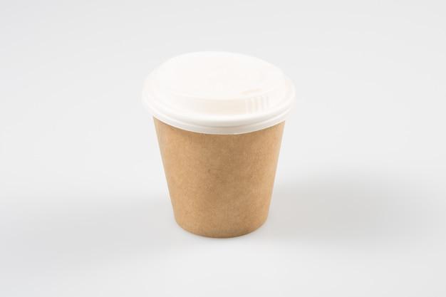 分離された空白のクラフトテイクアウトカップでコーヒー