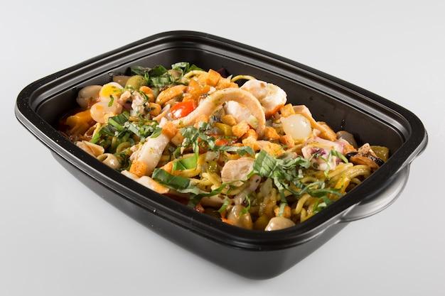 プラスチック食品の小さな箱が分離されました。デザインを簡単に編集可能