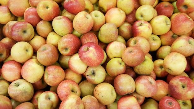 Красные желтые яблоки готовы к употреблению в продаже на рынке