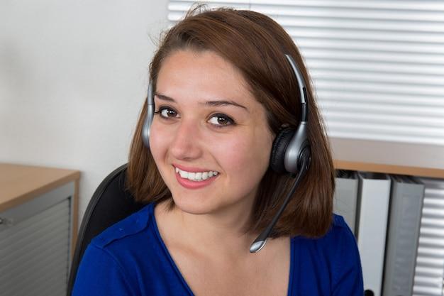 ヘッドセットと笑顔で幸せな女性顧客サポートオペレーター