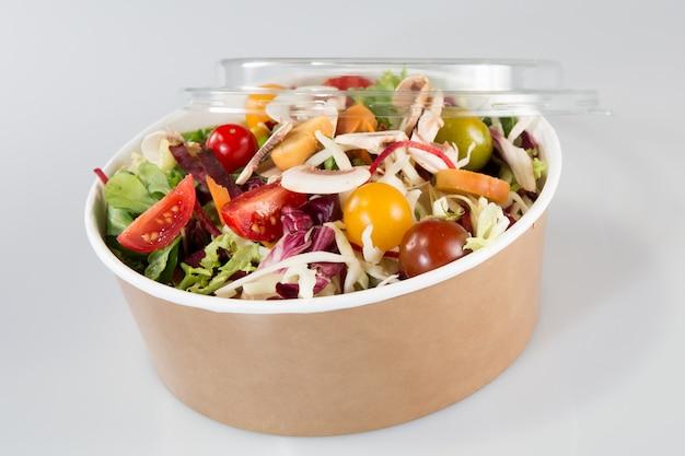 Крупным планом на вынос миску с салатом быстрого питания