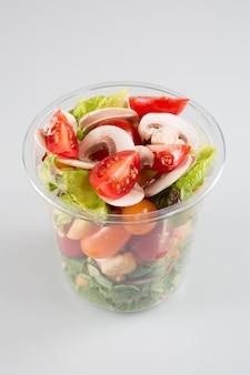 Салат пластиковый контейнер на вынос салаты на белом