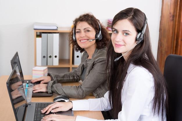 Заняты операторы колл-центра в современном офисе