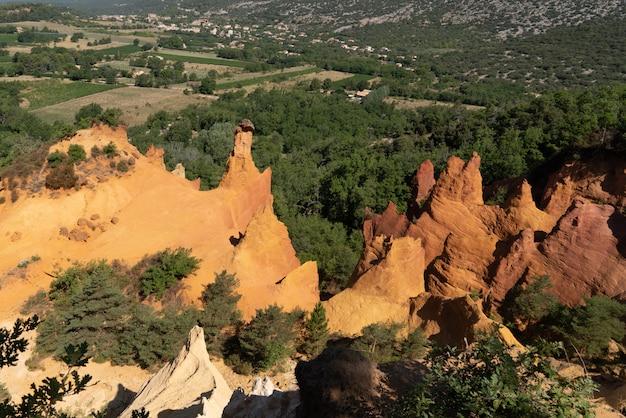 フランスのフランスのコロラドの丘ルーベロンプロヴァンスのルシヨン黄土色の岩