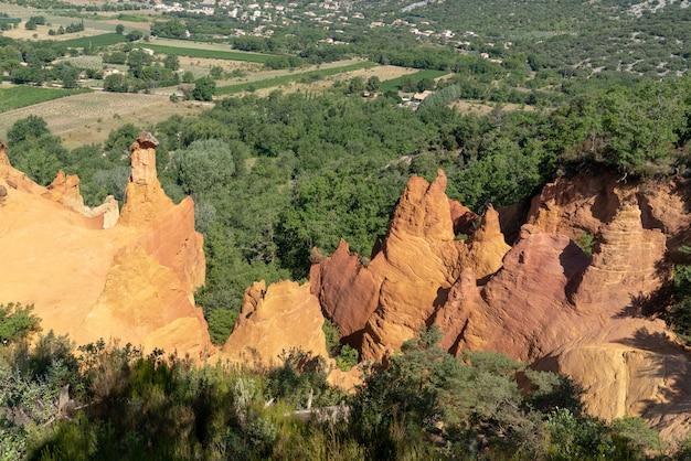 黄土色の岩とフランスのリュベロンの自然公園の谷の風景