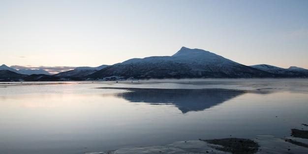 Красивый, красочный закатный пейзаж зимнего озера