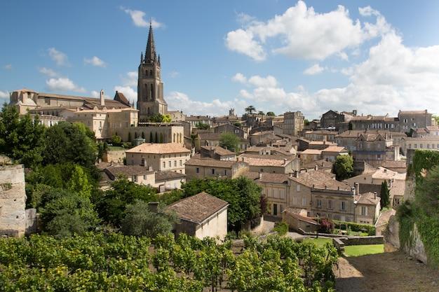 Большой вид сверху французская деревня сент-эмильон всемирного наследия франции недалеко от бордо