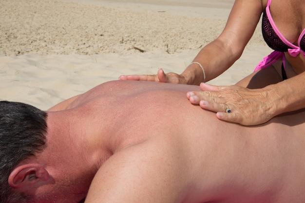 Массаж терапия растяжка шеи открытый пляж