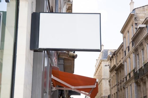 Прямоугольник и белый знак магазина, чтобы включить ваш текст или логотип