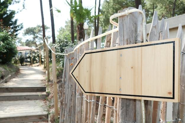 Деревянный знак указывает направление пути