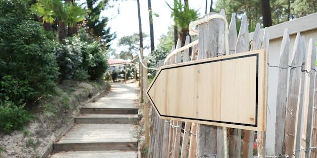 Пустой деревянный знак указывает путь к ступенчатой дорожке