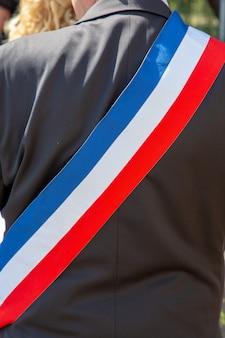 スカーフとお祝いの間にフランスの市長をバックアップします。