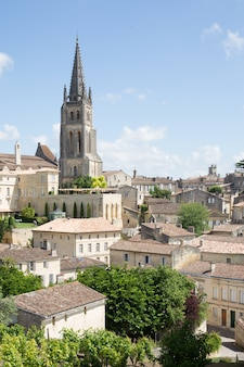 Вид на колокольню монолитной церкви в сент-эмильоне, бордо, франция. объект всемирного наследия юнеско