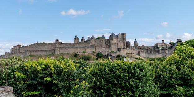 Панорамный вид французской средневековой крепости каркассон в списке объектов всемирного наследия юнеско