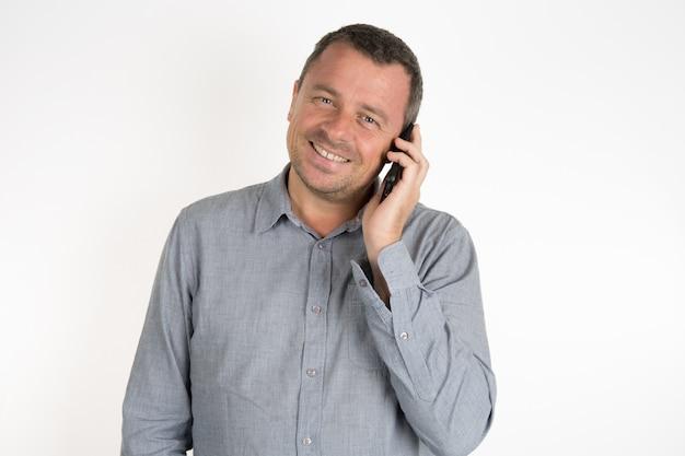 チャーモンと電話でハンサムな男