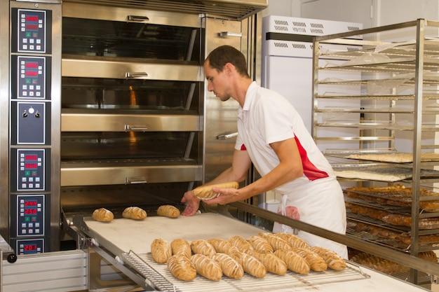 朝はパン屋に立って、パンを焼くパン屋
