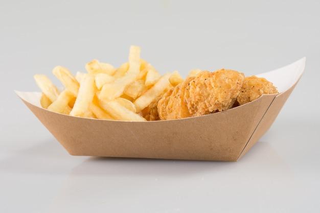 Курица фри с картошкой фри в картонной тоге или на вынос