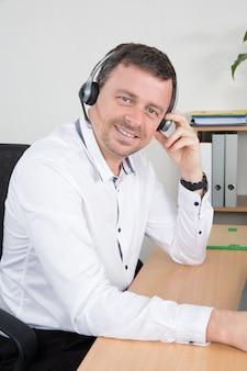 コールセンターで働くヘッドセットと笑みを浮かべて男の肖像