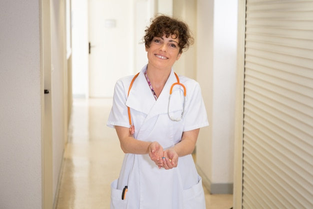 ヘルスケアと医療のコンセプト-錠剤のブリスターパックを持つ白人医師