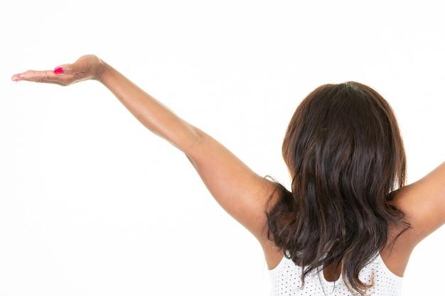 Американская африканская женщина с поднятыми руками стоит сзади сзади