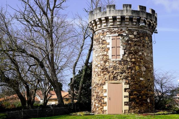 Старая мельница превращается в старинную башню в арках в заливе аркашон жиронда франция