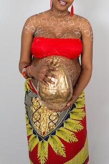 Прекрасная беременная африканская женщина