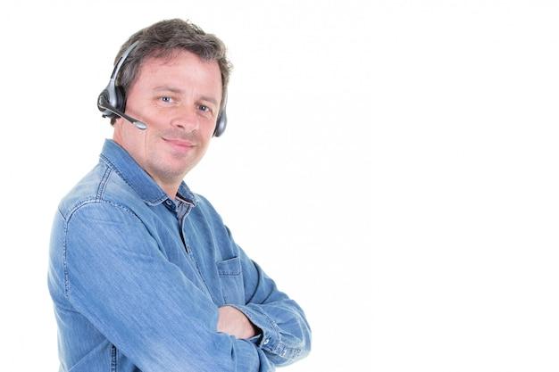 Дружественные телефонный оператор человек, изолированных на белом с боковой копией пространства и скрещенными руками