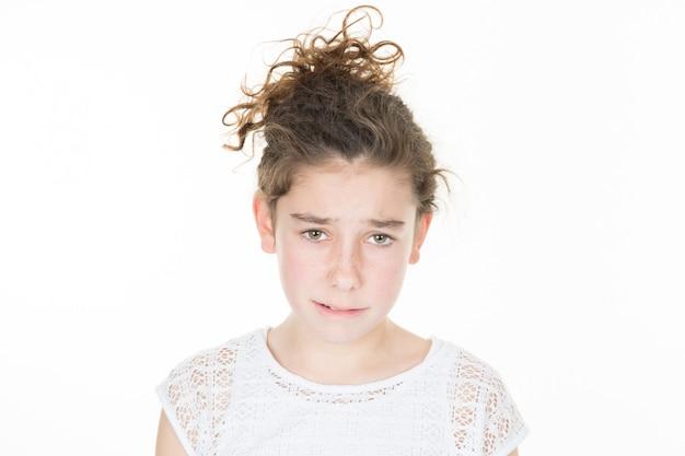 Крытый портрет молодой несчастной предподростковый грустная девушка у себя дома