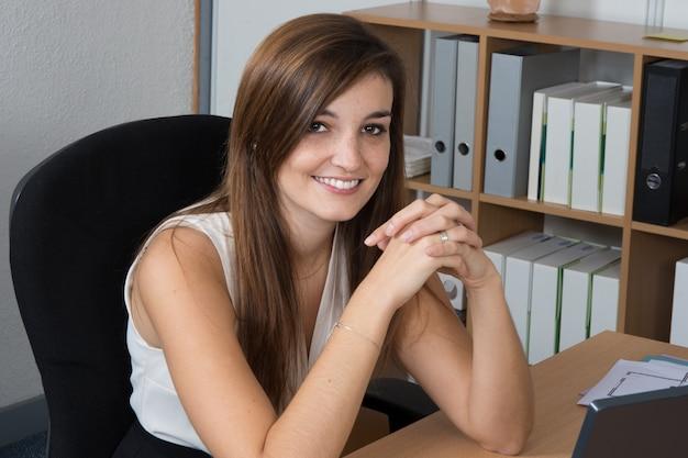 机に座って自信を持って女性実業家の肖像画