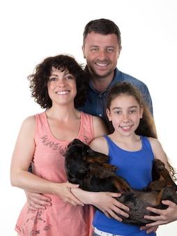 犬と一緒に見ている素敵な家族