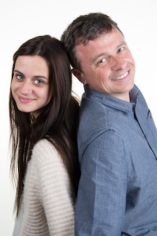 Отец и дочь вместе изолированы и улыбается
