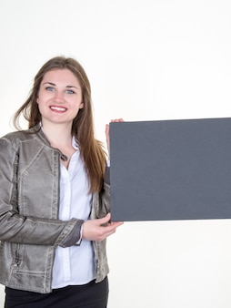 分離された空白のブラックボードを持つ女性