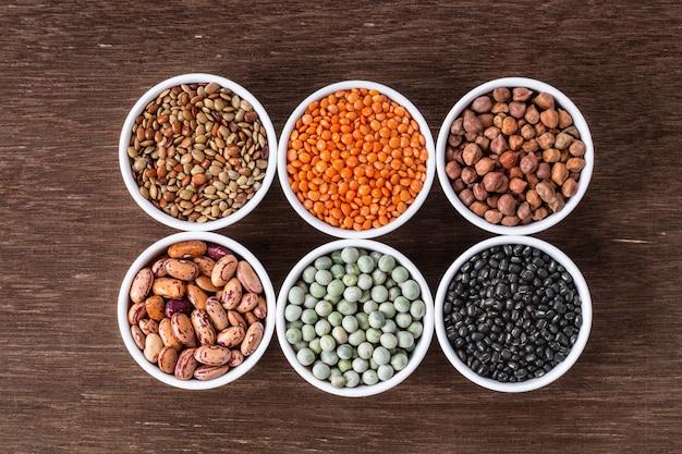 Различный ассортимент индийских бобовых - фасоль, нут, чечевица, даль вид сверху.