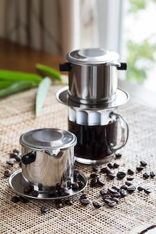 ベトナム風のプレースマットにコーヒーと緑茶