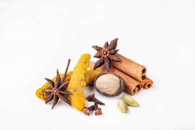 秋と冬の食事のための乾燥した加温インドのスパイス