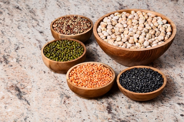 マメ科植物のさまざまな品揃え-豆、ひよこ豆、レンズ豆、黒と緑のオリッドダル。野菜タンパク質。