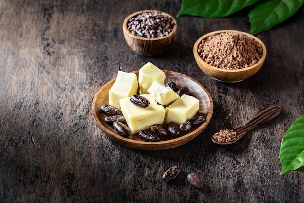オーガニックの自家製チョコレートを作るための古い素朴なカカオ製品