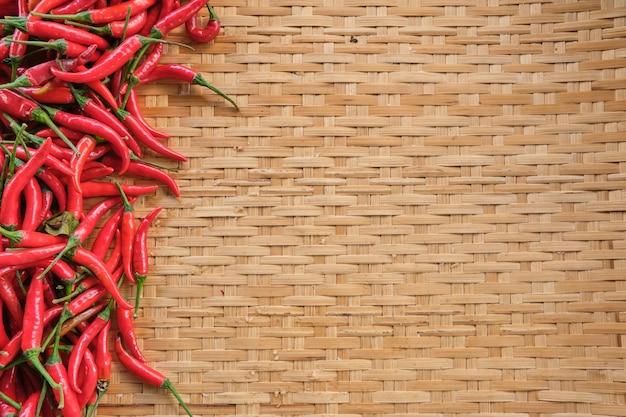 バスケット、新鮮なタイの唐辛子、木製のタイの伝統的なラックの木製パターンの上に敷設レイアウトでタイの伝統的な食材のフラットレイアウトコピースペースレイアウト