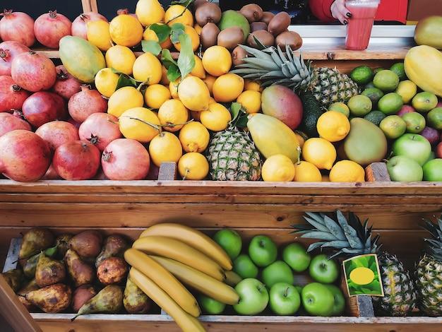 Разнообразие свежих экзотических фруктов лежат на прилавке в магазине.
